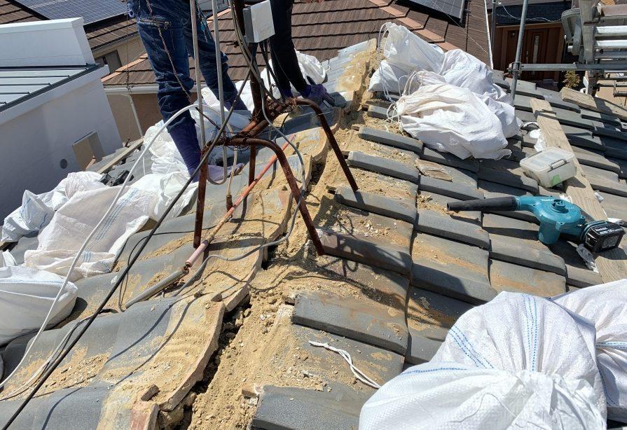 瓦屋根棟撤去中 棟下地葺き土の撤去