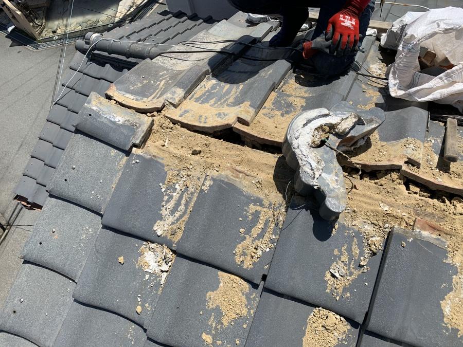 瓦屋根の頂点から1枚目のおいあて瓦を一度撤去します