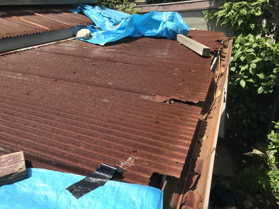 トタン波板葺き サビにより穴が開いてます。