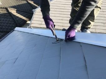 棟板金は横から下地の貫板に留めつけます。