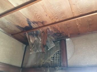 天井が雨漏りで崩れてきている様子