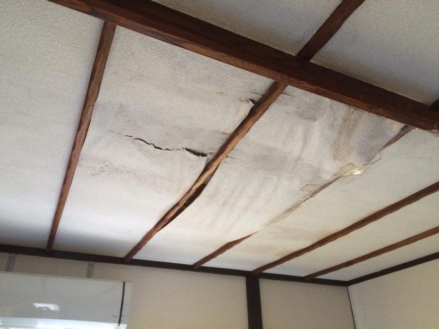 水漏れの影響により、傷みが進んだ天井