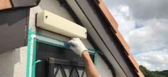 シール材を押さえて空気を抜きます。