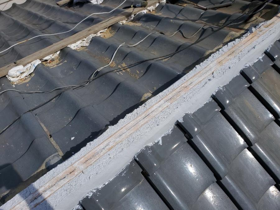 瓦屋根頂点になんばん漆喰を積み棟の土台をつくります