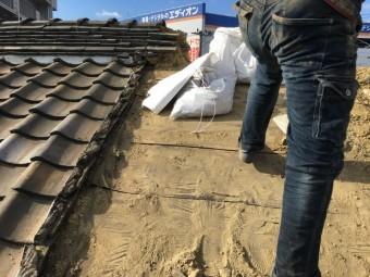 連棟造り、葺き土の撤去