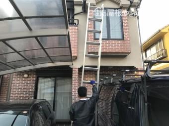 工事で梯子をかける職人