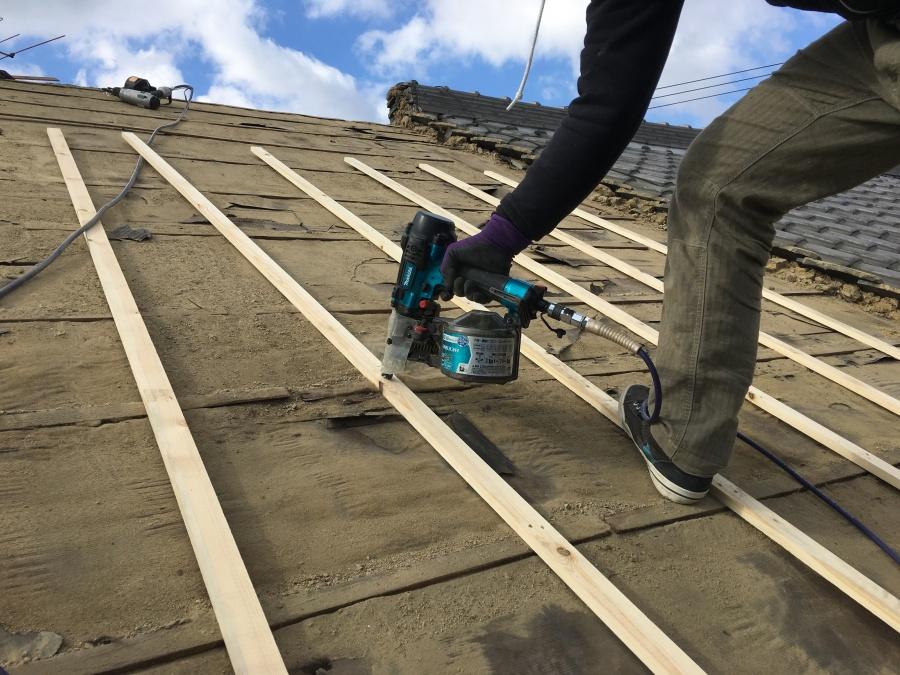 葺き替え工事 胴縁の施工