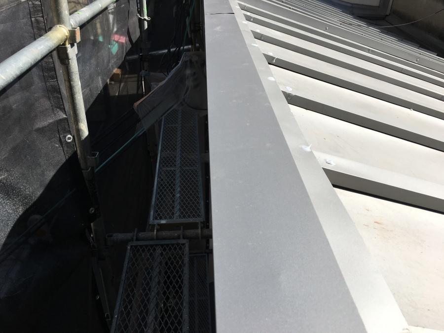 瓦棒カバー工事 片流れ屋根の棟施工
