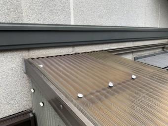神戸市西区 波板の飛散、固定フックは塩ビ製のものでしたので劣化によりもろくなったフックが折れて飛散した模様