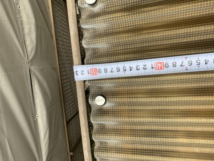 波板の寸法を測ります。