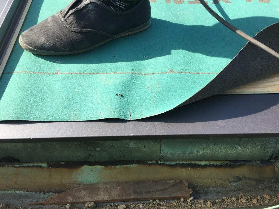 カラクサ水切りはルーフィングの下に取り付けます。