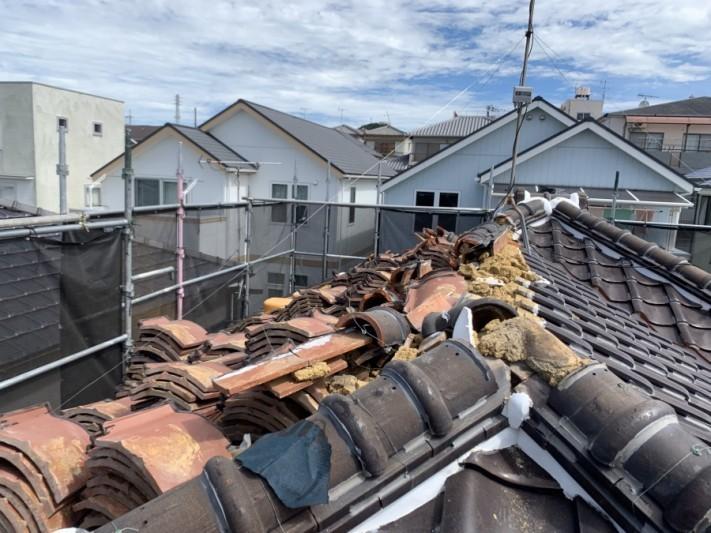 神戸市北区 屋根葺き替え 瓦を捲ります