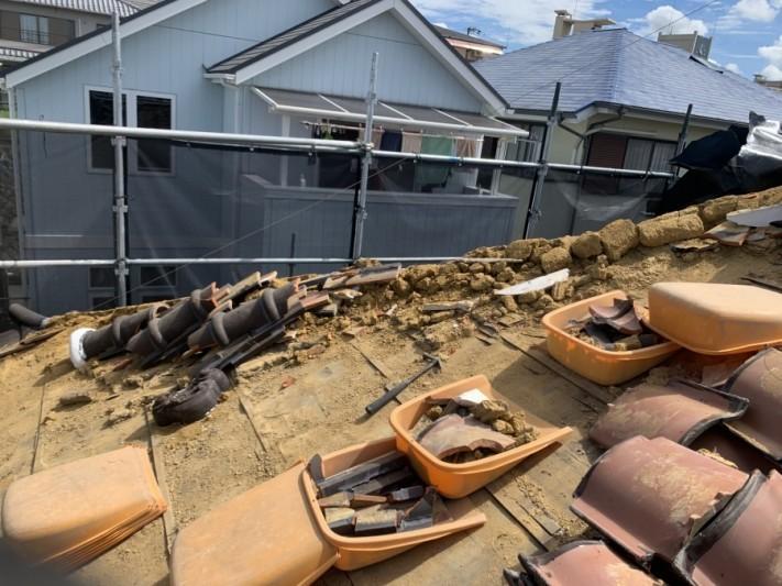 神戸市北区 屋根葺き替え 屋根材を撤去していきます。