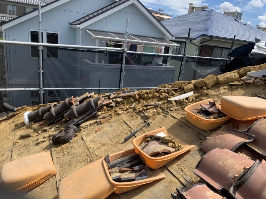 屋根葺き替え時に屋根材を撤去していきます。