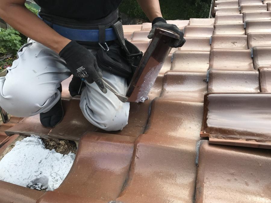 葺き土の代わりになるなんばんを下地に敷き、瓦を割り付けていきます。