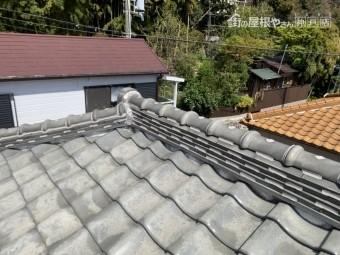 釉薬瓦葺きの寄棟屋根