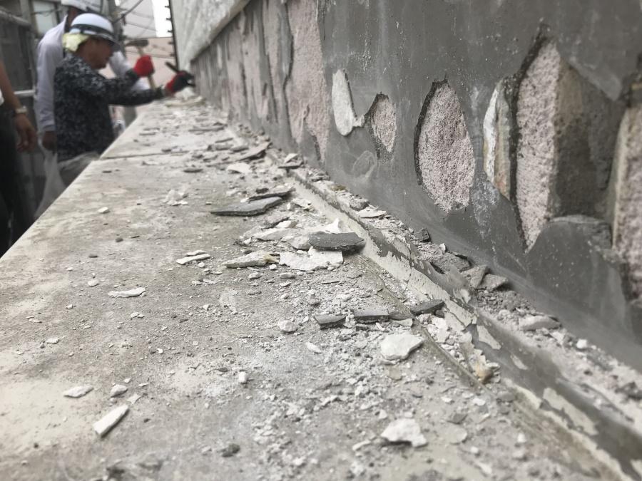 壁内の庇板金の納まり