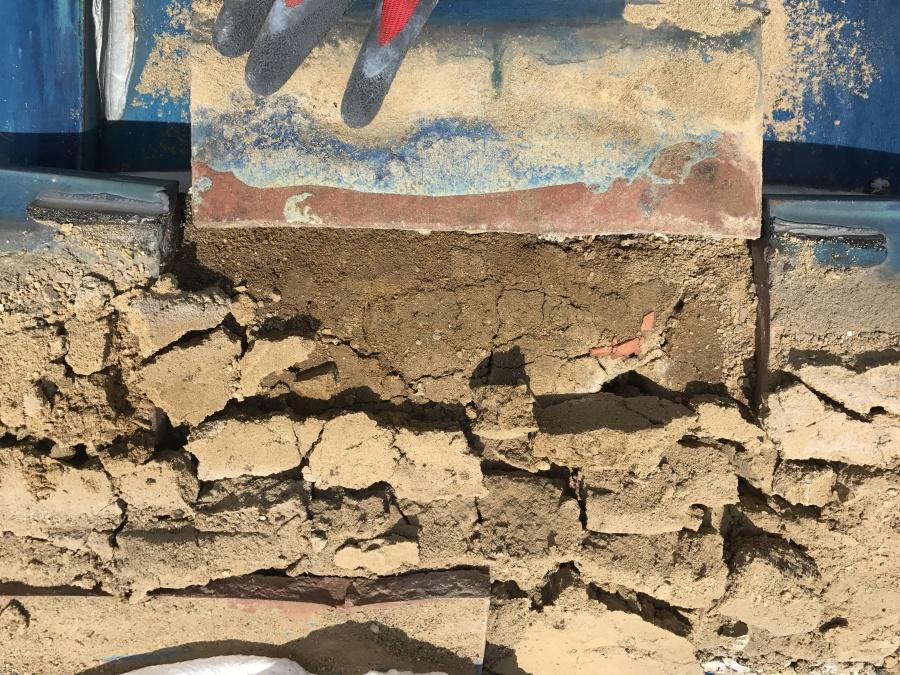 またこの部分の葺き土は水が通っていたため、土の形が完全に崩れていました。