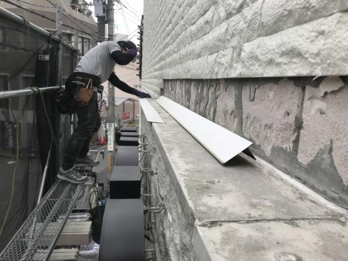 唐草水切りを、屋根の端につけていきます。