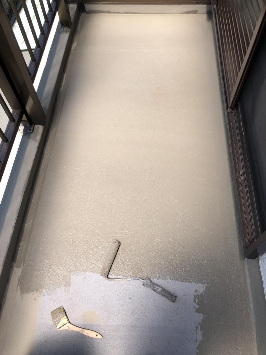 ベランダ防水工事で下地調整 樹脂モルタルカチオンペースト塗布