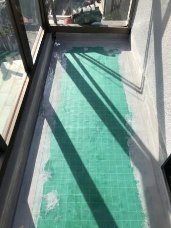 神戸市長田区 ベランダ防水工事 立上り部分は先に硬いウレタン材を塗布します。