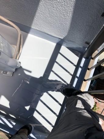 ベランダ防水工事でトップコートの塗布