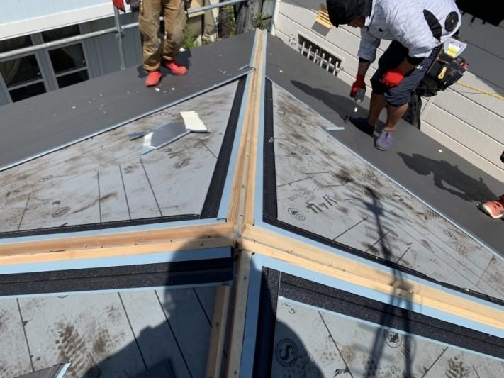 神戸市北区 屋根葺き替え 棟際の捨て谷施工