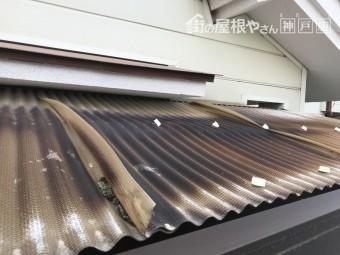 塩ビ製の波板は紫外線により焼けて変形しています。