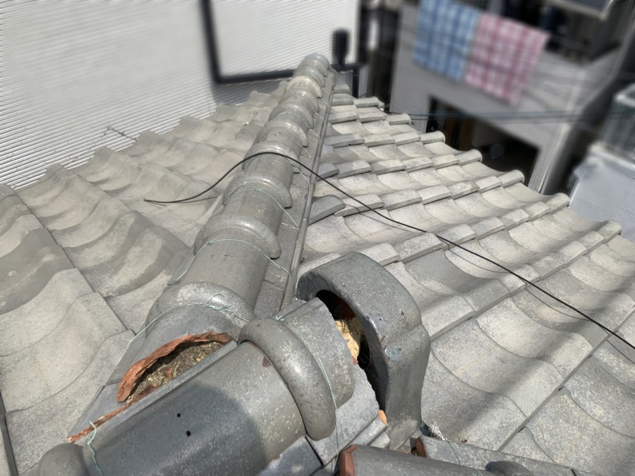 葺き替え工事前の崩れた瓦屋根