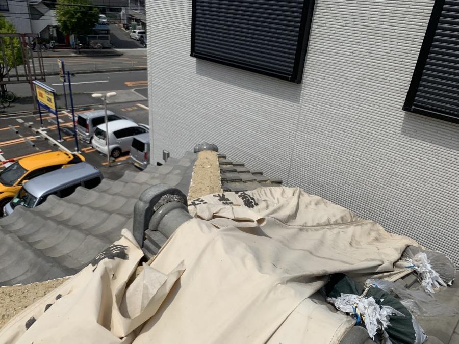 瓦屋根の棟の倒壊