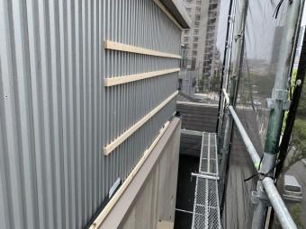 新しい壁の下地、胴縁を全体的に取り付けていきます。
