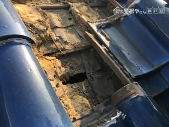 瓦を捲ると下から湿った土が出て来た