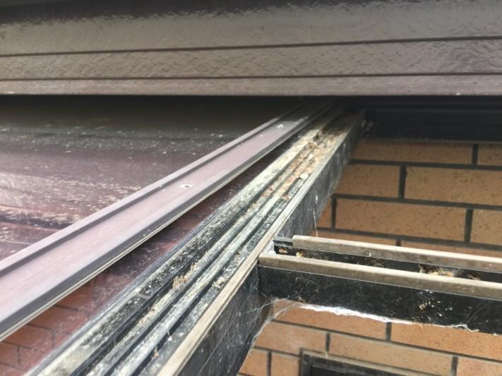 カーポートのアクリル板が、滑り落ちている現場アクリル板の止めつけ部