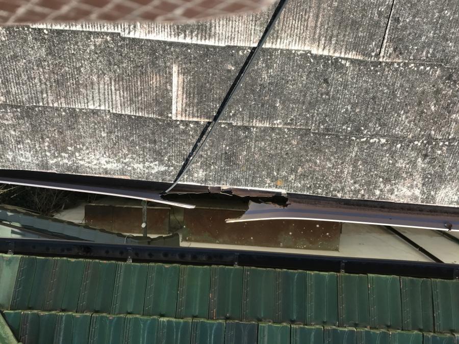 軒樋がアンテナのコードで割られています。