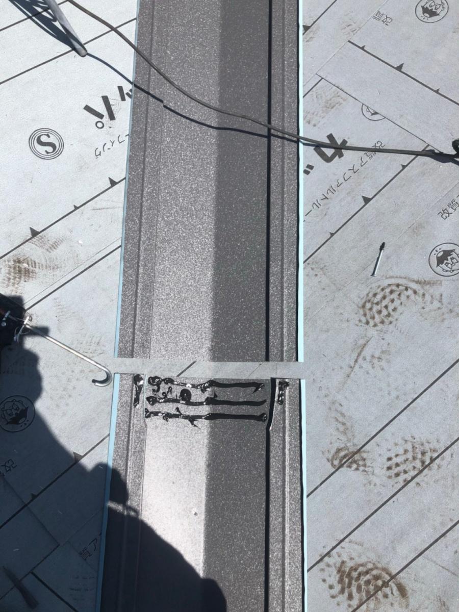 屋根葺き替えで谷板金の施工