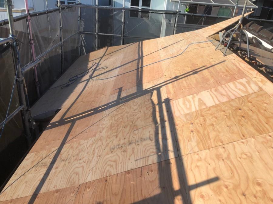 屋根葺き替えで新しい下地を新設します。