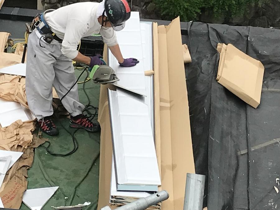 スーパーガルバリウム鋼板ガルテクト葺き ガルテクトをカット