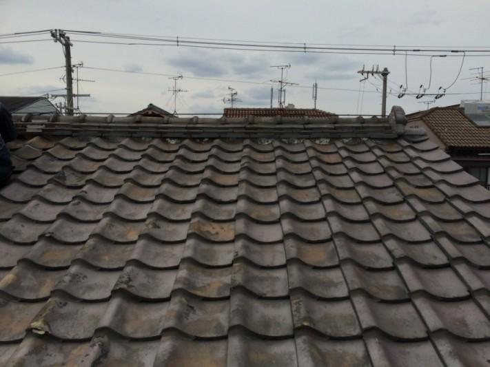 いぶし瓦で葺かれた瓦屋根の様子