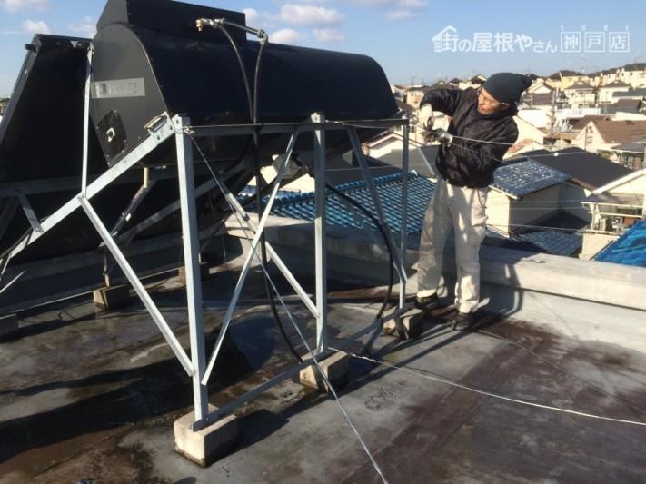 太陽光温水器を移動させている職人