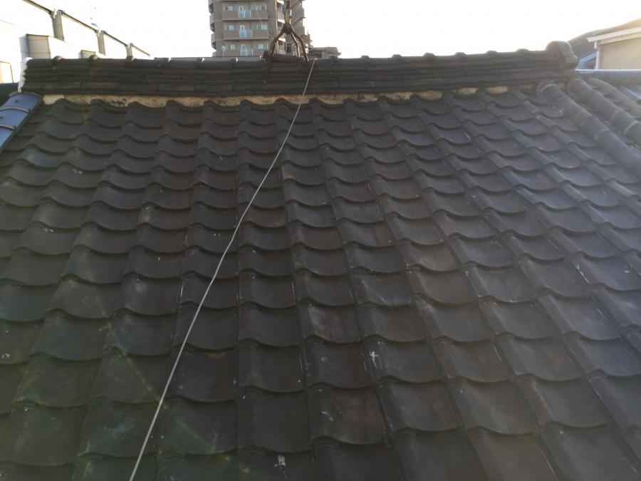 雨漏りしている屋根全体の写真