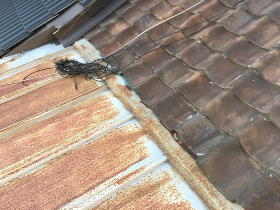 瓦屋根と瓦棒屋根の取り合い