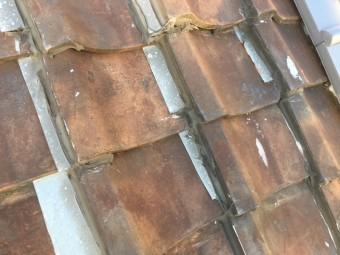 お客様自身の手で板金を瓦の間に挟んでいた補修の跡