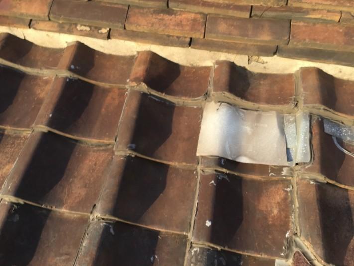 お客様が瓦を板金で覆い補修した跡