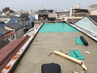 カチオンペースト施工後、通気緩衝シートを敷き込みます。