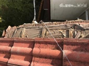 屋根下地のケラバ部分はかなり腐食している状態です。