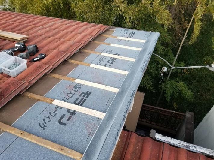 防水シート、桟木を敷き直し、瓦を復旧する準備を行います。