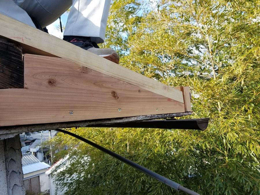 破風下地を作ります。電線の引き込みのアンカーを縁直すため、しっかりとした下地を組み直します。