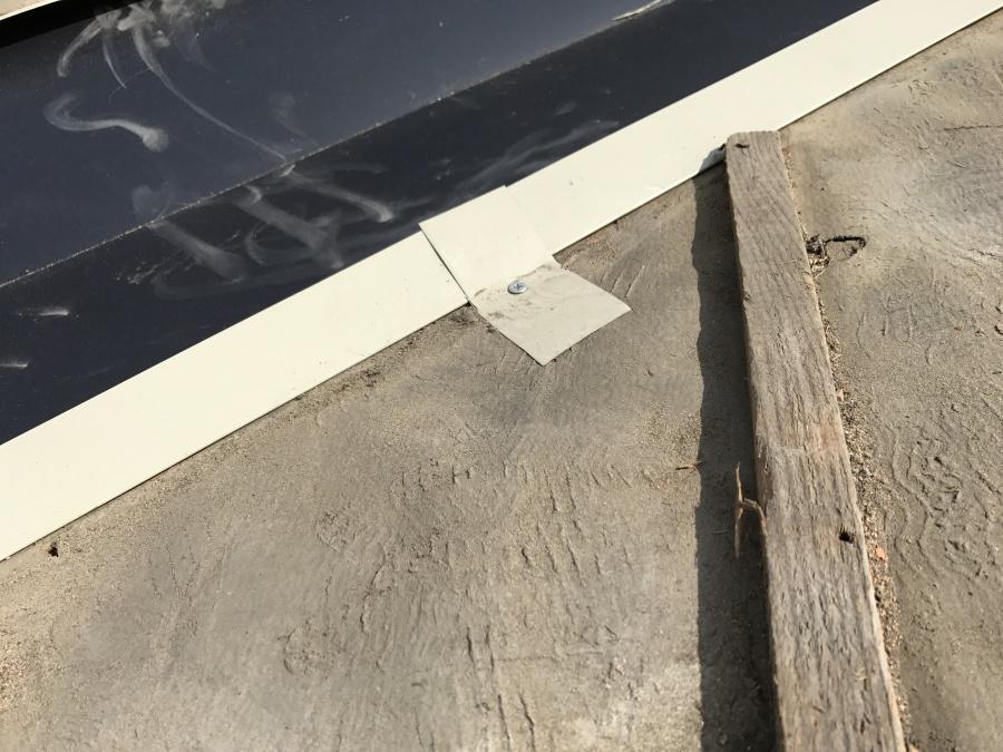 板金の固定方法は、谷板金に直接釘は打てないので、このように金物にひっかけて止めます!