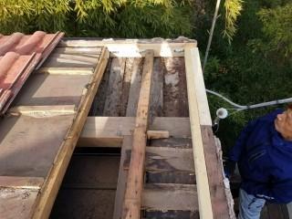 軒先、垂木を増し打ちして丈夫に組み直しました。