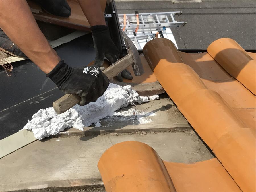 谷際に瓦の高さを固定するためのなんばんを積んでいきます!
